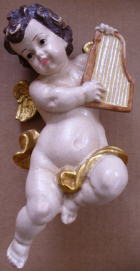 Putto mit Harfe, Holz, 18cm hoch, antik gefaßt