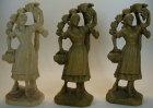 Frau mit Trauben, 12,5cm hoch, aus Holz gebeizt